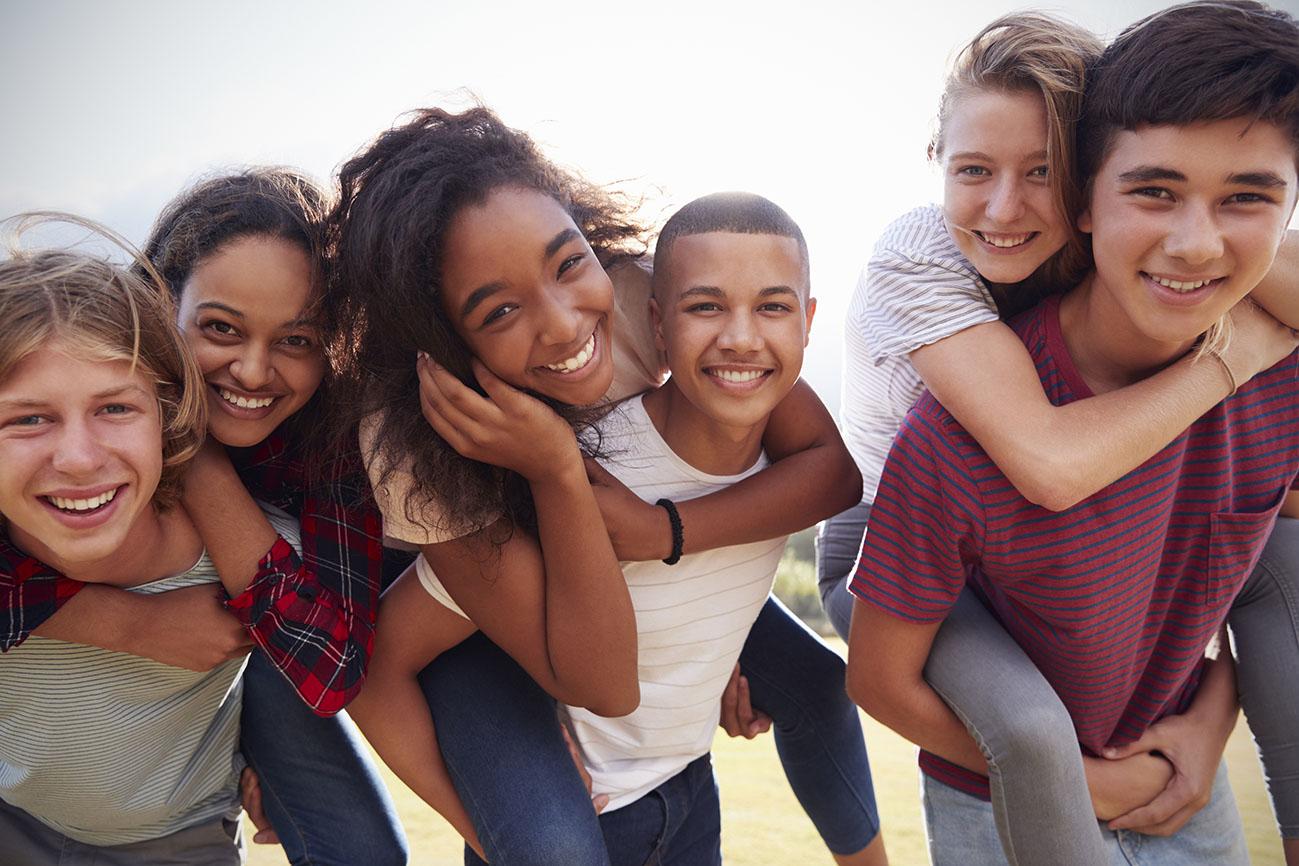 Niños sonrientes en campamento de verano
