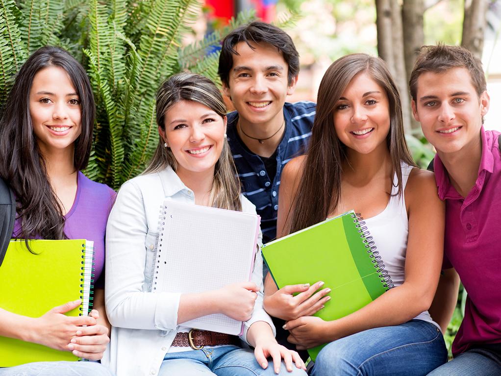 Grupo de estudiantes sonriendo