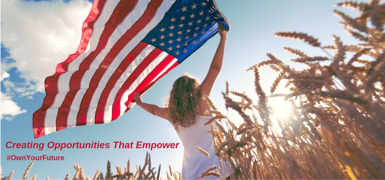 joven en el campo sosteniendo bandera de Estados Unidos