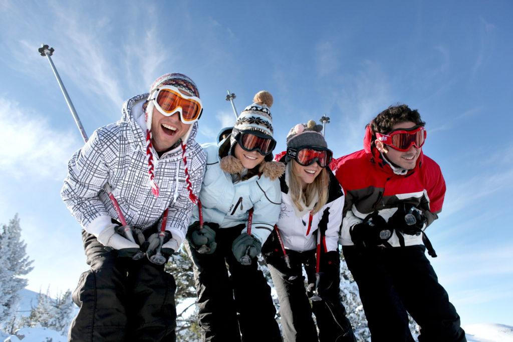 grupo de jóvenes practicando esquí
