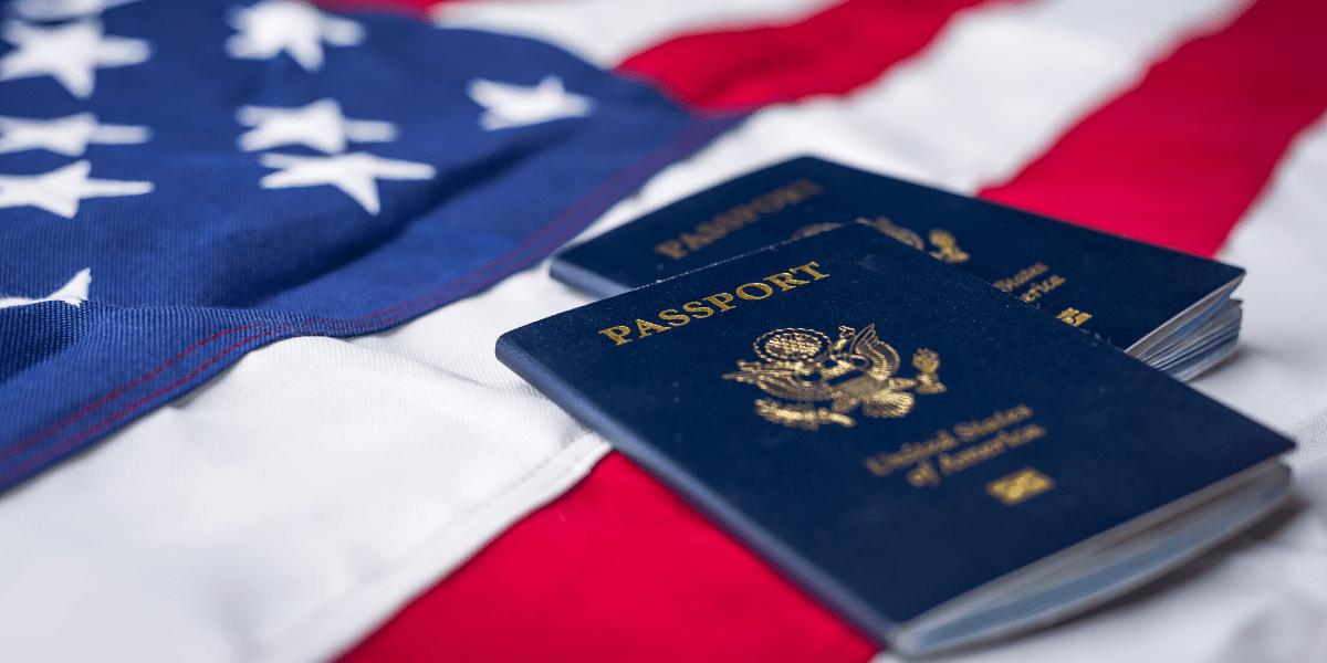 imagen con bandera de Estados Unidos y pasaporte