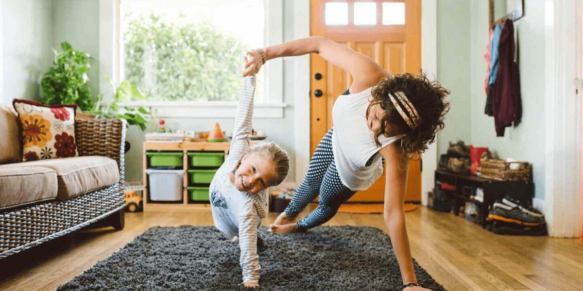 mamá y niña haciendo deporte en casa, idea para hacer ejercicio desde casa